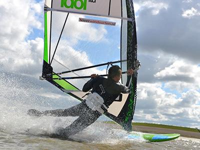 Windsurf actie foto van Niek van der Linde, instructeur Leerwindsurfen