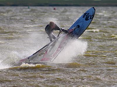 Windsurf actie foto van Tim Leutscher, instructeur Leerwindsurfen